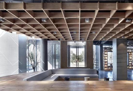 """这家书店位于保定市高新产业园区金迪科技园一楼,名为""""新鲜空气""""。"""