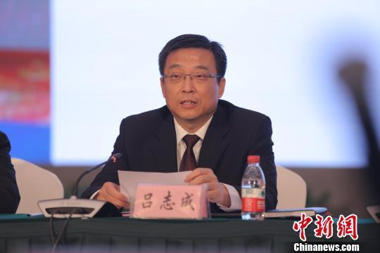 衡水市代市长吕志成就衡水市投资环境进行推介说明。 赵栋 摄