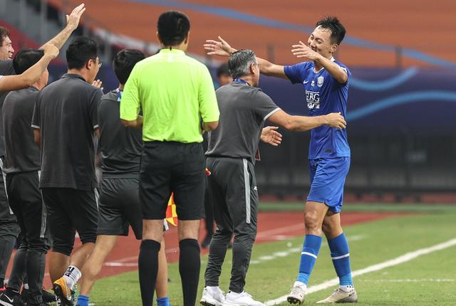 石家庄永昌队球员王鹏(右一)进球后接受祝贺。新华社记者杨磊摄