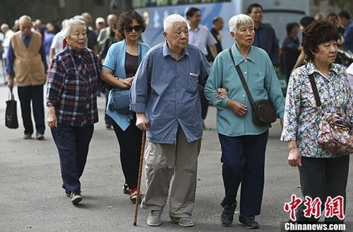 资料图:一所高校的退休教师们参加活动。 中新社记者 泱波 摄