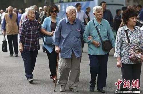 资料图:退休老人参加活动。中新社记者 泱波 摄