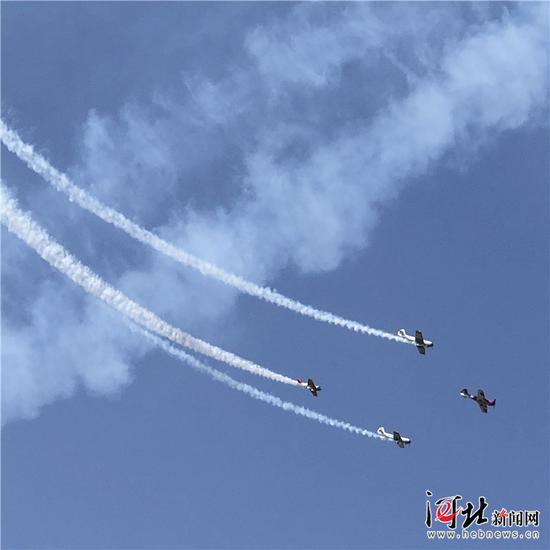 9月21日,在石家庄市栾城机场上空进行的飞行特技表演。
