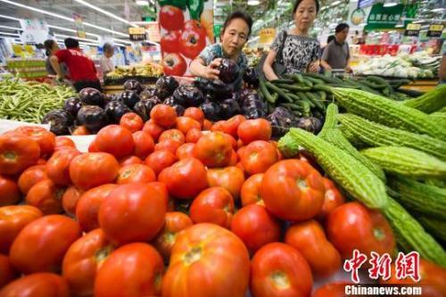 民众在超市选购蔬菜。张云 摄