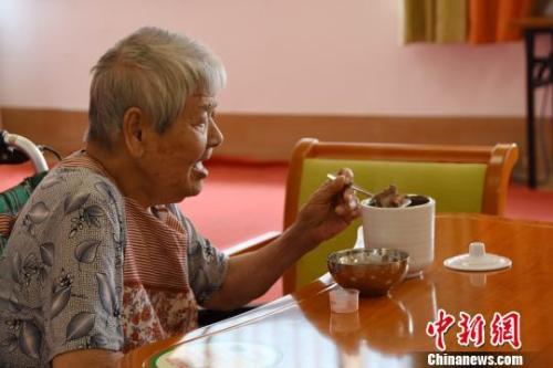 资料图:一名老人在养老院中。 钟建珊 摄