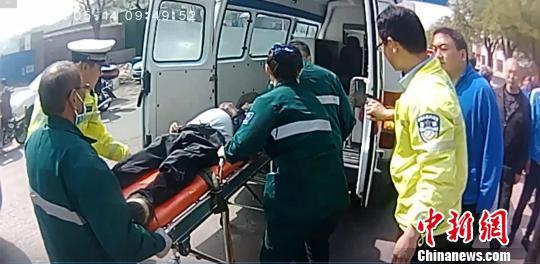 图为救护车赶到现场后,将老人抬上救护车。警方供图
