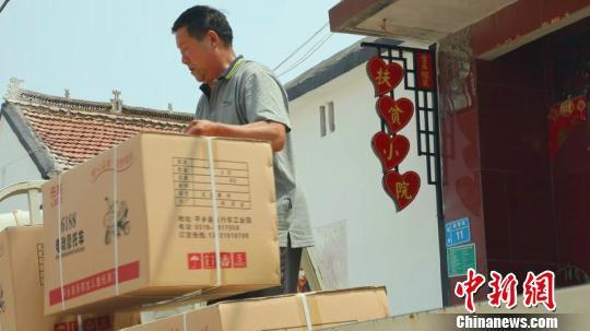 """在丁瑞霞的""""脱贫小院"""",工人正在装车发货。 李铁锤 摄"""