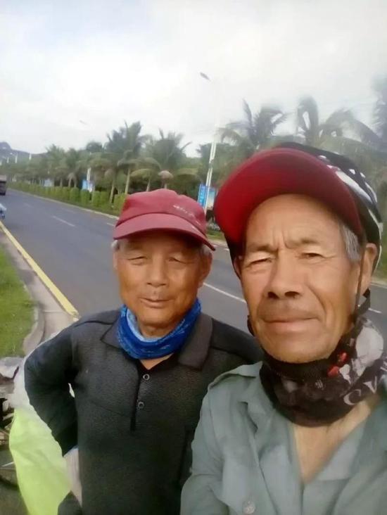 刘德平(右)和刘金瑞(左)自拍。