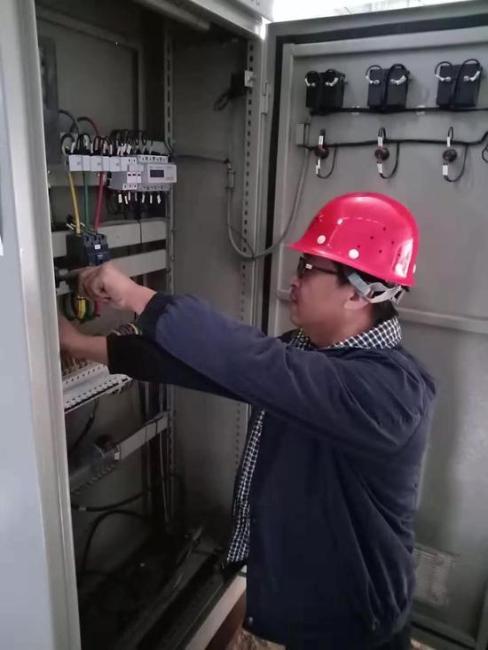 △仪表大队工作人员对换热站自控设备进行调试