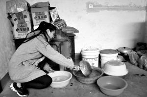 坚强的女大学生贾俊丽正在干活儿。