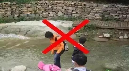 2、不到池塘、河边洗手、捡物品等。不在喷泉、河边逗留聊天、泡脚等。