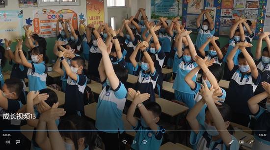 同学们隔着屏幕,同唱班歌《我想要飞翔》。