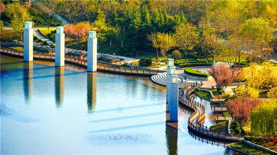 润泽湖公园风景宜人,成为辛集市民休闲健身的好去处。 辛集市委宣传部供图