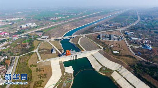 11月30日拍摄的南水北调中线工程河南淅川陶岔渠首枢纽工程