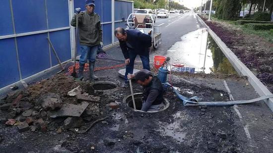 △对漏水点紧急组织抢修。图为10月23日工作人员在巡查中发现前进街与胜利路北侧快车道漏点,经过昼夜抢修,目前已经修复。