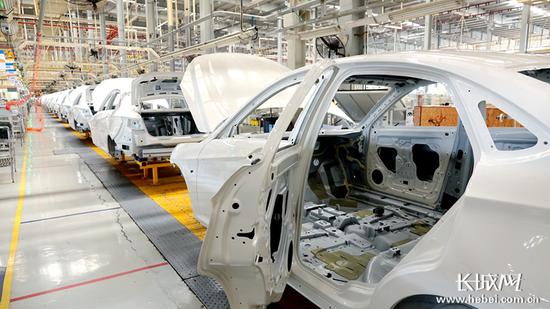 北汽新能源(黄骅)产业基地生产线上的新能源汽车。 记者 信贺宁 摄