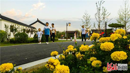 9月10日,居民在新建成的辛集市浣溪园公园内散步。 河北日报记者耿辉摄