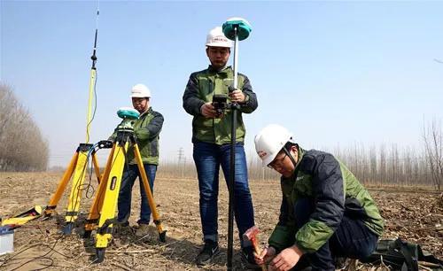 3月2日,在河北霸州,中铁上海工程局集团京雄城际铁路五标项目部工作人员进行坐标放样。新华社发