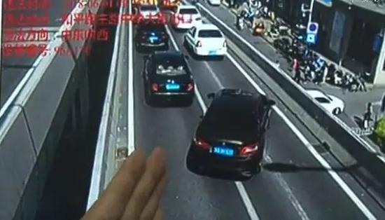 图:变更车道妨碍正常通行车辆被抓拍