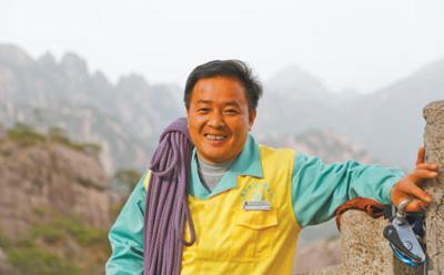 在悬崖上捡拾完垃圾后李培生一身轻松。侯晏 摄
