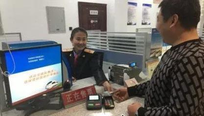 旅客在衡水北站购买车票。