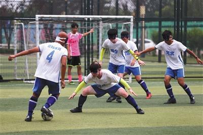 6月21日,邢台市七里河体育公园,盲人足球队员们正在进行攻防训练。
