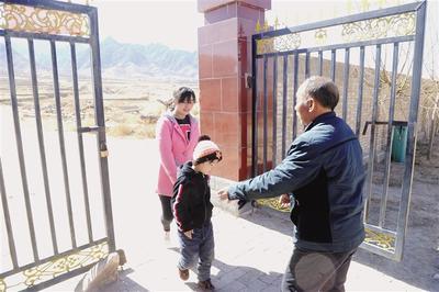 ▲每天朱琪的妈妈把他送到学校,马斌都会到校门口迎接。