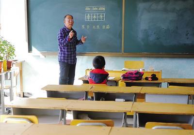 宽敞明亮的教室里,马斌给唯一的学生朱琪上课