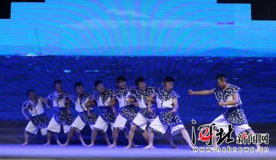 10月20日晚,庆祝改革开放40周年中国·昌黎民歌会举行。图为昌黎民歌《渔歌号子·拉网调》节目演出精彩瞬间。 记者孙也达 通讯员牛春富摄