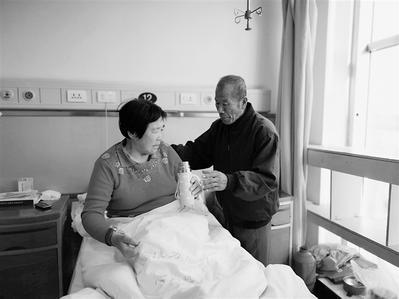 王希杰在医院照顾生病的妻子杨进英。