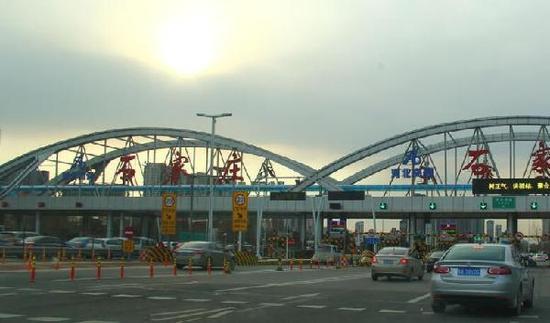今晨6点,石家庄裕华高速口处于开启状态,车辆通行正常。
