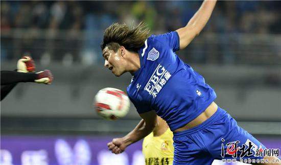 3月16日,石家庄永昌9号外援莫雷洛头球攻门。