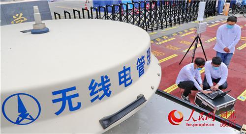 7月6日,秦皇岛无线电管理局工作人员在秦皇岛市第三中学考点进行无线电电磁环境监测。 河北省工信厅供图