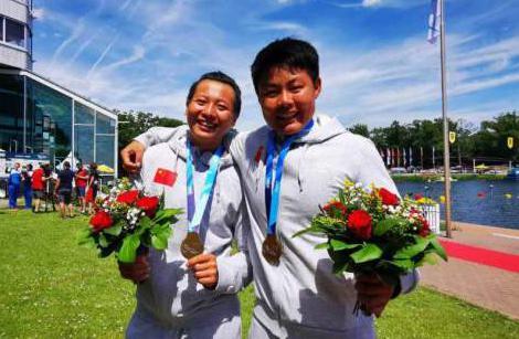 张璐琦(右)和林文君赛后合影。 河北省体育局水上运动管理中心供图