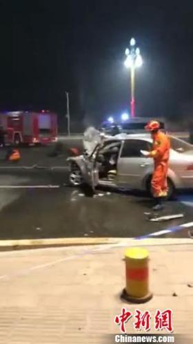 图为救援人员在事故现场开展救援。消防部门供图