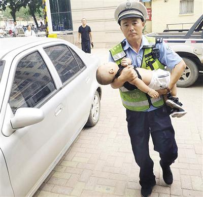 沧州幼童发烧昏迷抽搐 交警抱娃冲进急诊室