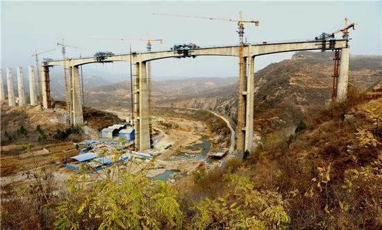 11月8日,中交隧道局承建的和邢铁路宋家庄川特大桥连续钢构顺利合龙。