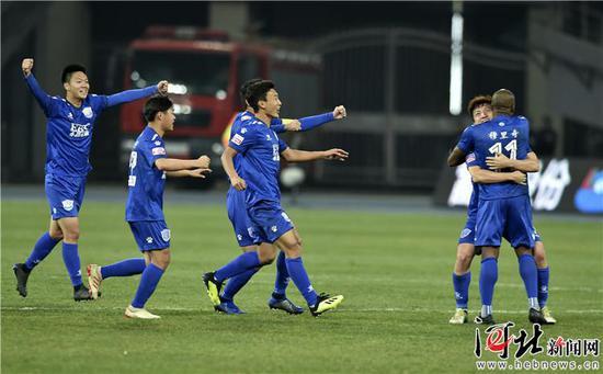 3月16日,石家庄永昌11号外援穆里奇与队友庆祝进球。