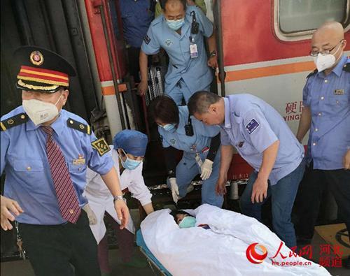 """列车上孕妇突然临产 """"为了生命""""火车提前10分钟到站"""