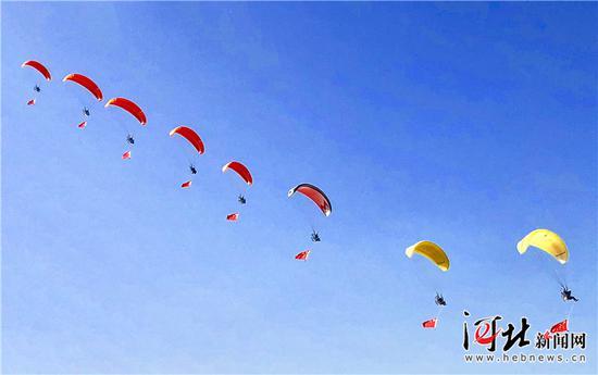 9月21日,在石家庄市栾城机场上空进行的动力伞编队飞行表演。