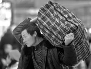 背起行李回家。
