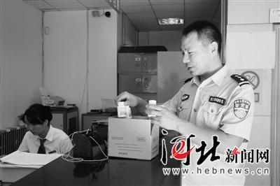 2011年王保清邮寄药品时被同事拍下的照片