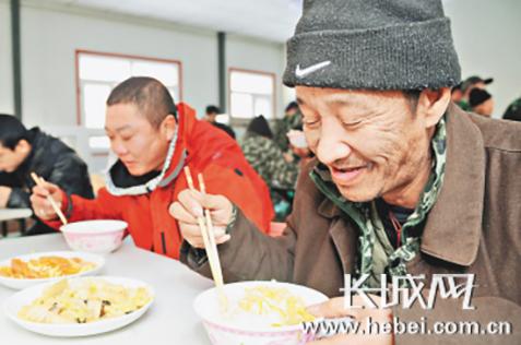 流浪人员在救助站吃上了热乎乎的饭菜。资料图