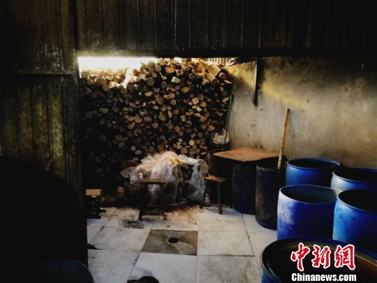 用作燃料的木材堆积在一起。 李晓伟摄