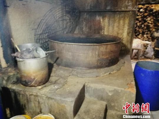 黑作坊里用于煮制假驴肉的大锅。 李晓伟摄