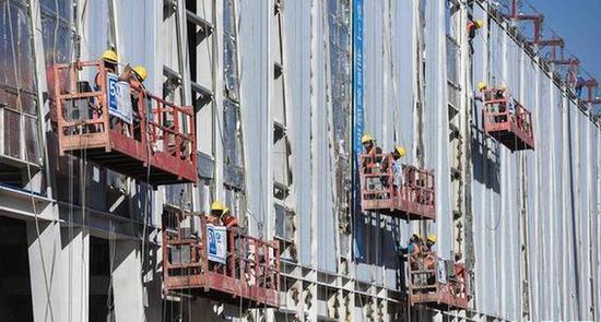 建设者们正在加紧施工。