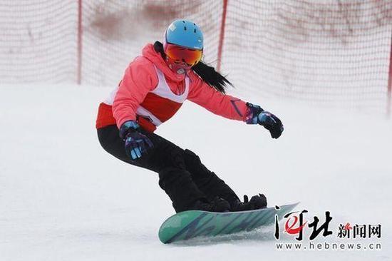 河北听障单板滑雪运动员王璐璐在比赛中。 河北省残联供图