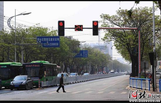 图为红绿灯旁悬臂和立杆新增了光带,与红绿灯一起变色,以免司机因信号遮挡而误闯红灯。 邢台交警支队供图