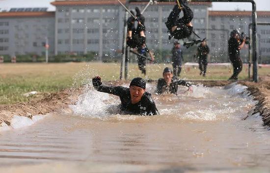 河北省公安机关国庆70周年安保誓师大会暨特巡警实战大练兵启动仪式在石家庄举行。
