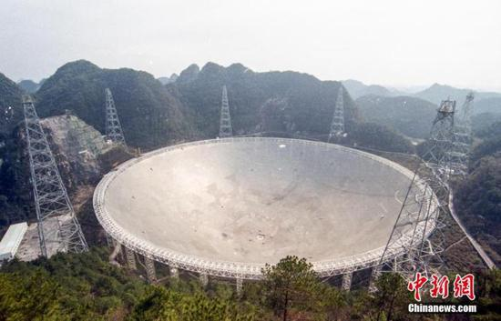 资料图:图为2月7日拍摄的500米口径球面射电望远镜(FAST)。 中新社记者 瞿宏伦 摄