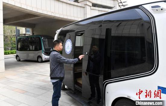 在位于河北雄安新区智绘未来科技园的雄安数字交通实验室里,工作人员正在测试自动驾驶巴士。 韩冰 摄